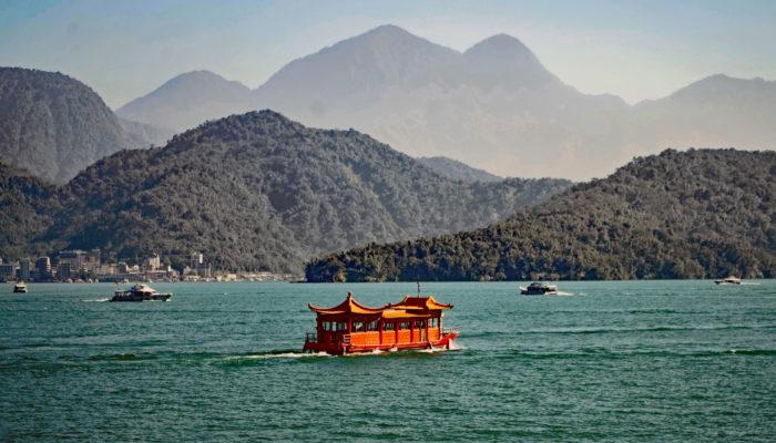 Du siehst ein historisches Boot auf dem Sonne-Mond-See mitten in aiwan